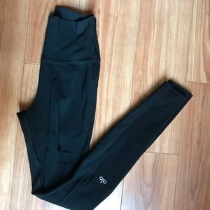 Black Ripped Warrior Leggings (XS) - Alo Yoga